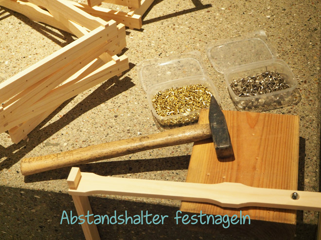 Damit die Rähmchen für die Bienenwaben gleichmäßig ausgebaut werden können, müssen Abstandshalter angebracht werden.